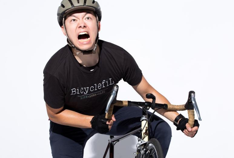 自転車を必死に漕ぐ男